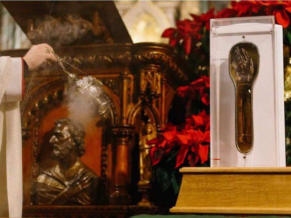 Bàn tay thánh từng rửa tội hơn 100.000 người