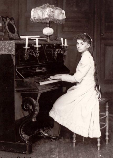 thanh elizabeth chua ba ngoi dang choi piano tai tu gia o bourges vao khoang nam 1892 429x600 - 10 bức ảnh đời thường của các vị thánh và chân phước
