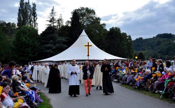 mung kinh duc me len troi tai lo duc phap 2 600x371 - Mừng kính Đức Mẹ Lên Trời tại Lộ Đức - Pháp