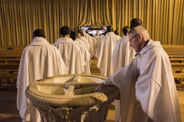 cac linh muc trong con bao tap 600x400 - Các linh mục trong cơn bão táp