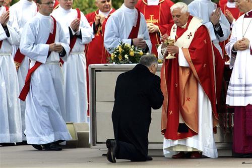 Rước Lễ trên tay là phạm thánh?