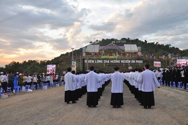 """118 - Xuân Lộc Cử Hành """" Ngày Giáo Phận"""" và Thánh Lễ Bế Mạc Năm Thánh Các Thánh Tử Đạo Việt Nam tại Trung Tâm Đức Mẹ Núi Cúi"""