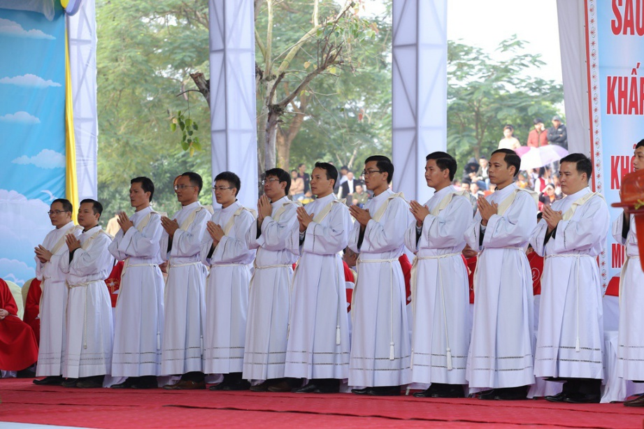 Vinh 06 - GP.VINH: Thánh lễ truyền chức Linh mục và Bế mạc Năm Thánh mừng kính các Thánh Tử đạo Việt Nam