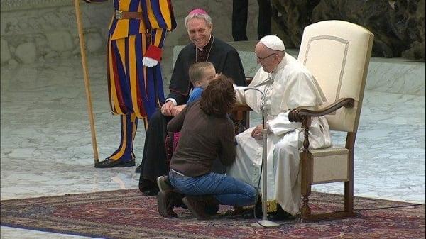 cau be dac biet tai buoi tiep kien chung cua duc giao hoang 3 - Cậu bé đặc biệt tại buổi tiếp kiến chung của Đức Giáo Hoàng