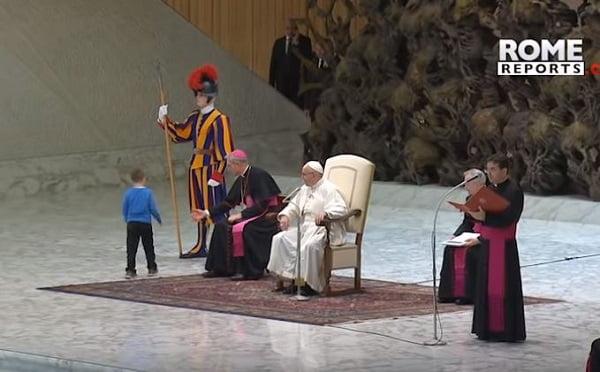 cau be dac biet tai buoi tiep kien chung cua duc giao hoang - Cậu bé đặc biệt tại buổi tiếp kiến chung của Đức Giáo Hoàng
