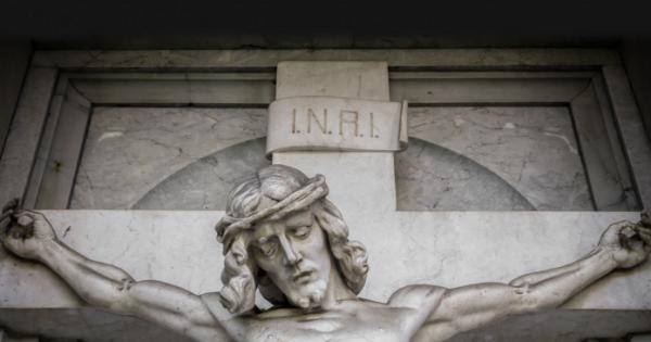 chu inri tren thanh gia co nghia la gi 600x315 - Chữ INRI trên Thánh Giá có nghĩa là gì?
