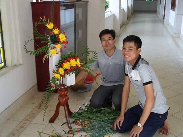Chuyện của những chàng trai cắm hoa nhà thờ 3
