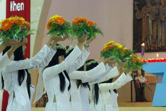 Dâng hoa kính Đức Mẹ tại giáo xứ Minh Hòa - Đà Lạt (2012)
