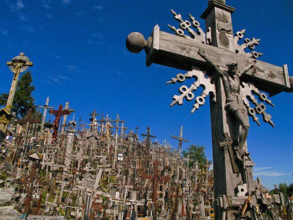 hill of crosses 1 1461230654 680x0 600x450 - Lịch sử thăng trầm của ngọn đồi thánh giá