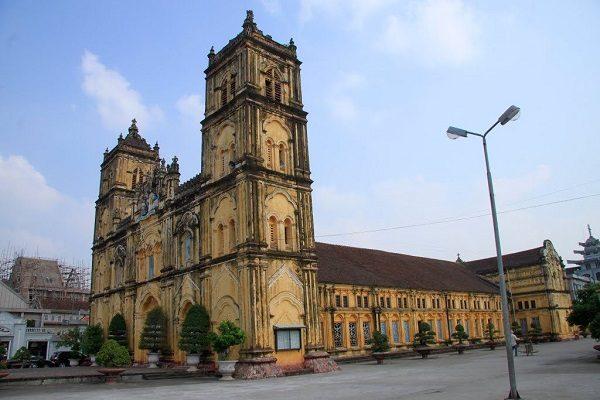 Nhà thờ Chánh tòa Bùi Chu, nơi chôn cất 7 vị Giám mục của GP