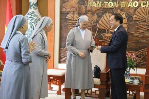 Ông Vũ Chiến Thắng tặng sách Luật tín ngưỡng, tôn giáo đến các nữ tu trong đoàn