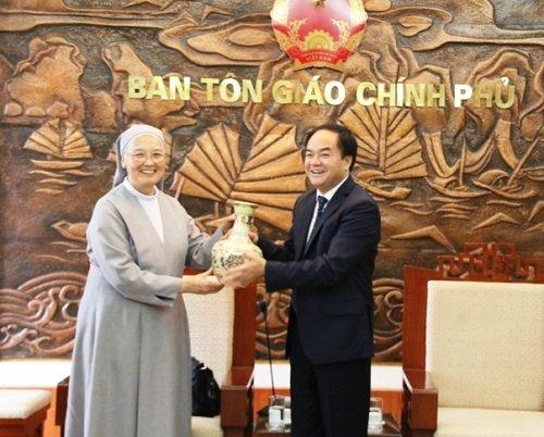 Ông Vũ Chiến Thắng, Trưởng ban Ban Tôn giáo Chính phủ tặng quà và gửi lời chúc sức khỏe tớiNữ tu Bề trên Tổng quyềnLee Qui Sun