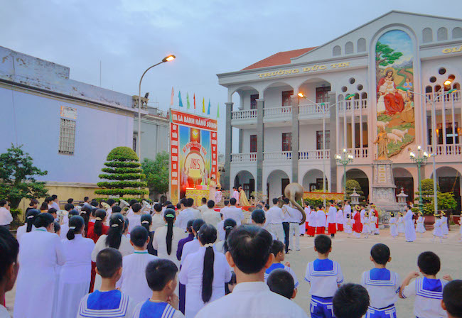 tram chau - Thánh Danh: Các em xưng tội, rước lễ lần đầu