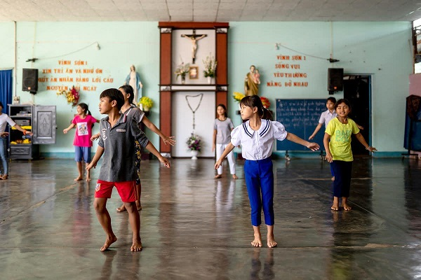 cac be o co nhi vien vinhson 2 kontum tap van nghe anh jeanmarie dufour mep - Hội Thừa sai Paris triển lãm ảnh về Giáo hội Việt Nam