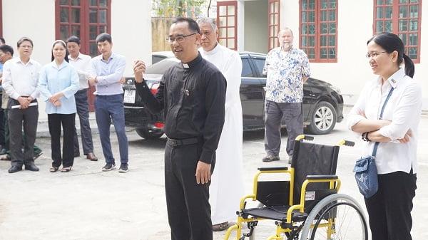 caristas thanh hoa trao tang xe lan xe lac cho nguoi khuyet tat 3 - Caristas Thanh Hóa: Trao tặng xe lăn, xe lắc cho người khuyết tật