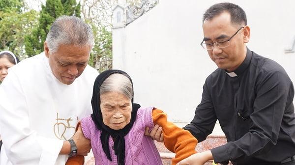 caristas thanh hoa trao tang xe lan xe lac cho nguoi khuyet tat 5 - Caristas Thanh Hóa: Trao tặng xe lăn, xe lắc cho người khuyết tật