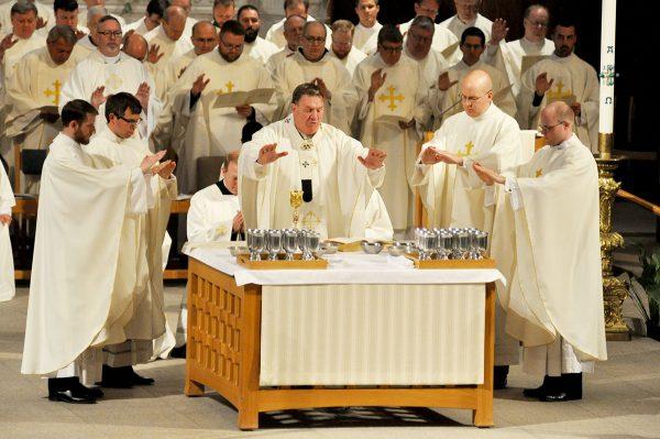 Linh mục đồng tế Rước lễ như thế nào?