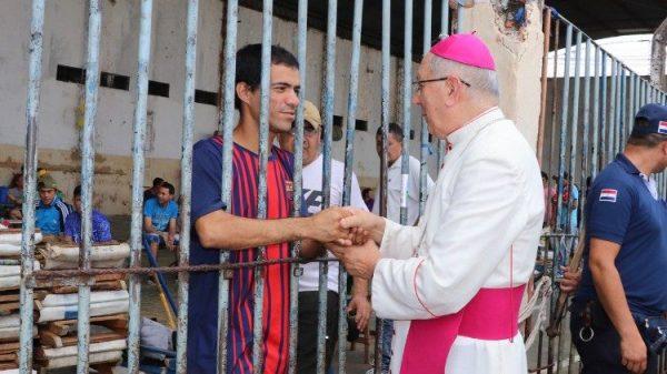 giammuc 600x337 - Kinh thánh cũ nát của tù nhân: khi Chúa vào tù