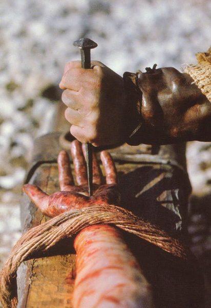chua giesu co bi dong dinh e1555729065744 - Chúa Giêsu có bị đóng đinh?
