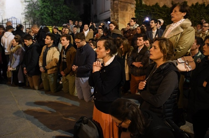 lua bao trum nha tho duc ba paris nguoi dan quy xuong duong cau nguyen - Lửa bao trùm Nhà thờ Đức Bà Paris, người dân quỳ xuống đường cầu nguyện