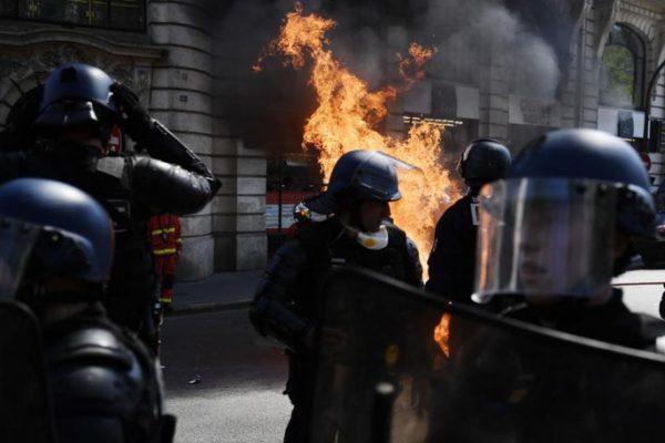 phap bieu tinh la rong sau vu chay nha tho duc ba paris 2 600x400 - Pháp: Biểu tình lan rộng sau vụ cháy Nhà thờ Đức Bà Paris