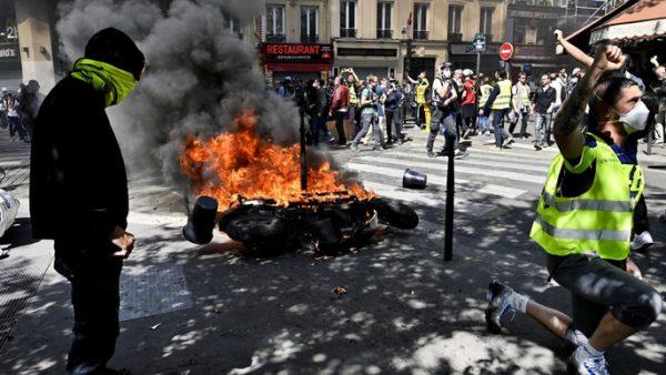 phap bieu tinh la rong sau vu chay nha tho duc ba paris 3 600x338 - Pháp: Biểu tình lan rộng sau vụ cháy Nhà thờ Đức Bà Paris