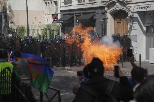 phap bieu tinh la rong sau vu chay nha tho duc ba paris 4 - Pháp: Biểu tình lan rộng sau vụ cháy Nhà thờ Đức Bà Paris