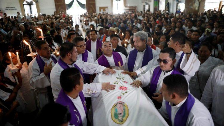 Các GM El Salvador lên án bạo lực và việc sát hại hai linh mục
