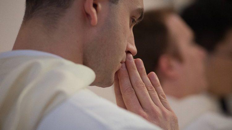 tai sao mot giao xu hoa ky trong 7 nam qua moi nam deu co mot tan linh muc - Tại sao một giáo xứ Hoa Kỳ trong 7 năm qua , mỗi năm đều có một tân linh mục?