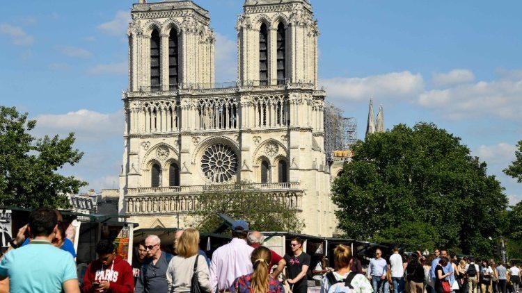 thanh le dau tien tai nha tho duc ba paris sau tran hoa hoan - Thánh lễ đầu tiên tại Nhà thờ Đức Bà Paris sau trận hỏa hoạn
