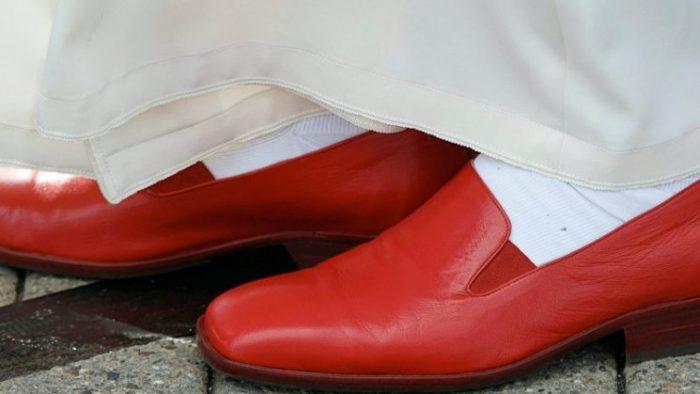 Các phẩm phục mà giáo hoàng hiện nay không mặc