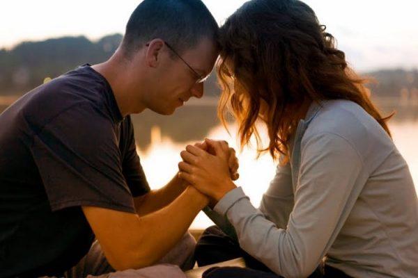 cauu nguyen 600x400 - Cầu nguyện chung với bạn đời giúp cải thiện đời sống hôn nhân
