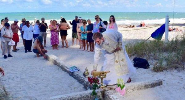 thanh gia 1 600x326 - Chuyện lạ: Cây thánh giá khổng lồ xuất hiện trên bờ biển