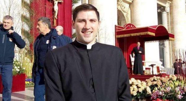thay anthony 600x327 - Đức Thánh Cha đau buồn trước một trường hợp qua đời đột ngột nữa tại Rôma