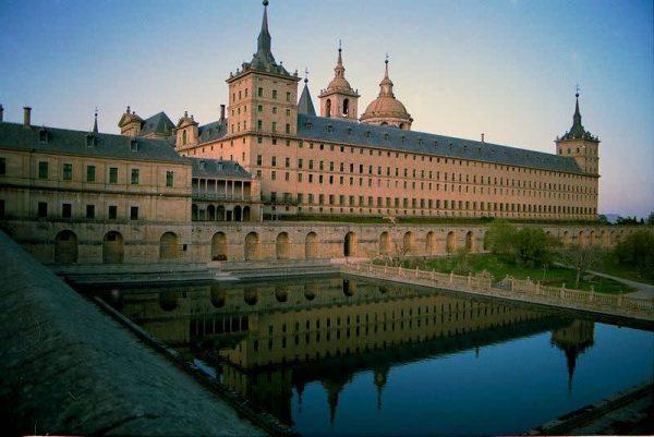 tu vien tbn1 600x401 - 5 tu viện đẹp nhất thế giới