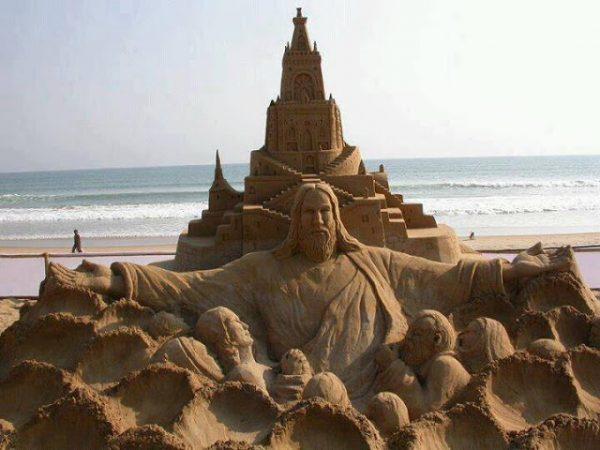 tuong chua 1 600x450 - Những bức tượng Chúa được làm từ Cát tuyệt đẹp