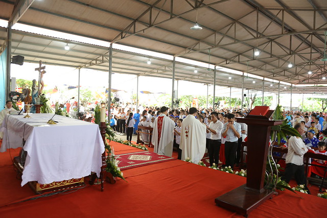 16083 ra mat 15 - Giáo họ Tân Phú nhận quyết định thành lập Giáo họ trong ngày lễ quan thầy