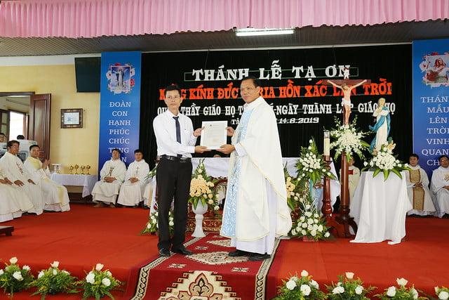 16083 ra mat 7 - Giáo họ Tân Phú nhận quyết định thành lập Giáo họ trong ngày lễ quan thầy