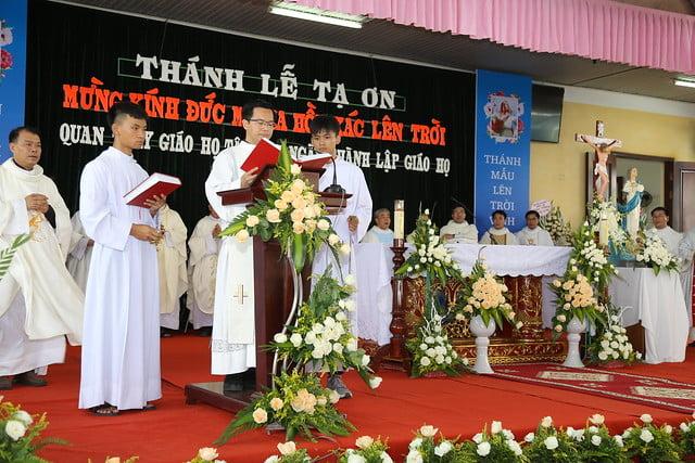 16083 ra mat 8 - Giáo họ Tân Phú nhận quyết định thành lập Giáo họ trong ngày lễ quan thầy