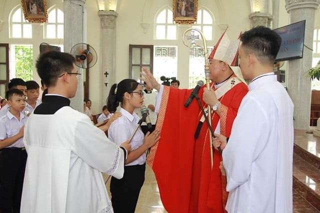 16096 them suc 1 - 106 em được lãnh nhận Bí tích Thêm Sức tại giáo xứ Trung Kỳ