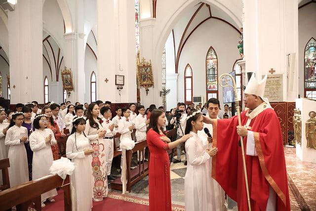 16136 them suc 4 - Thánh lễ ban Bí tích Thêm sức tại Nhà thờ Chính Tòa Hà Nội