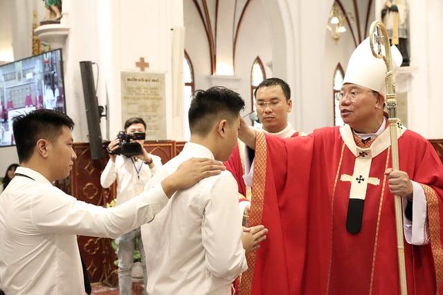 16136 them suc 7 - Thánh lễ ban Bí tích Thêm sức tại Nhà thờ Chính Tòa Hà Nội