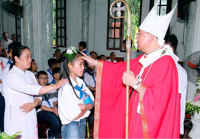 16168 them suc 4 - Giáo xứ An Phú: 175 em lãnh nhận ấn tín ơn Chúa Thánh Thần