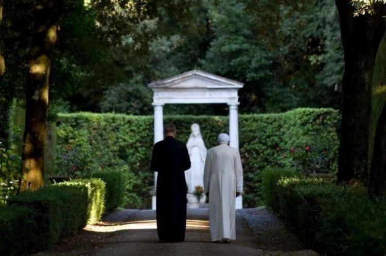 benedict in castel gandolfo 750x499 - Đức Giáo Hoàng danh dự Bênêđíctô thứ 16 bất ngờ rời Vatican