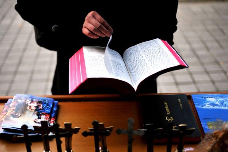 china bible 750x500 - Nhà nước Trung Quốc xóa bỏ các từ 'Thiên Chúa, Thánh Kinh và Chúa Kitô' khỏi các sách cho trẻ em
