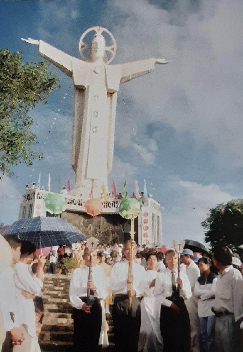 hinh 5 - Tượng Chúa Kitô Vua trên đỉnh Tao Phùng - Công trình của ngàn đôi tay