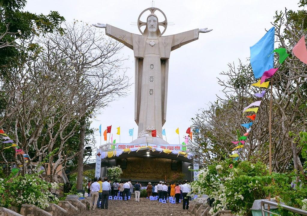 hinh 7 - Tượng Chúa Kitô Vua trên đỉnh Tao Phùng - Công trình của ngàn đôi tay