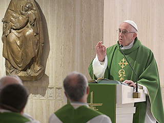 """pope at mass - Đức Thánh Cha chia sẻ trong thánh lễ: """"Tội lỗi ghì kéo linh hồn xuống! chỉ có Thần Khí mới giữ cho tâm hồn tươi trẻ"""""""