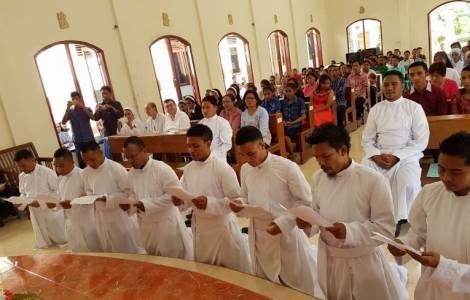 """priest 2 - Đức Phanxicô viết cho các linh mục: """"Cám ơn chúng con vì việc phục vụ của chúng con"""""""