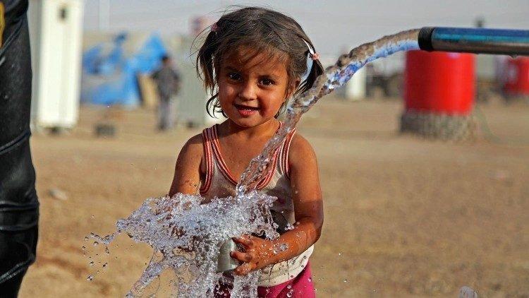 tre em co quyen duoc co nuoc sach 750x422 - 210 triệu trẻ em ở các nước chiến tranh không có nước sạch